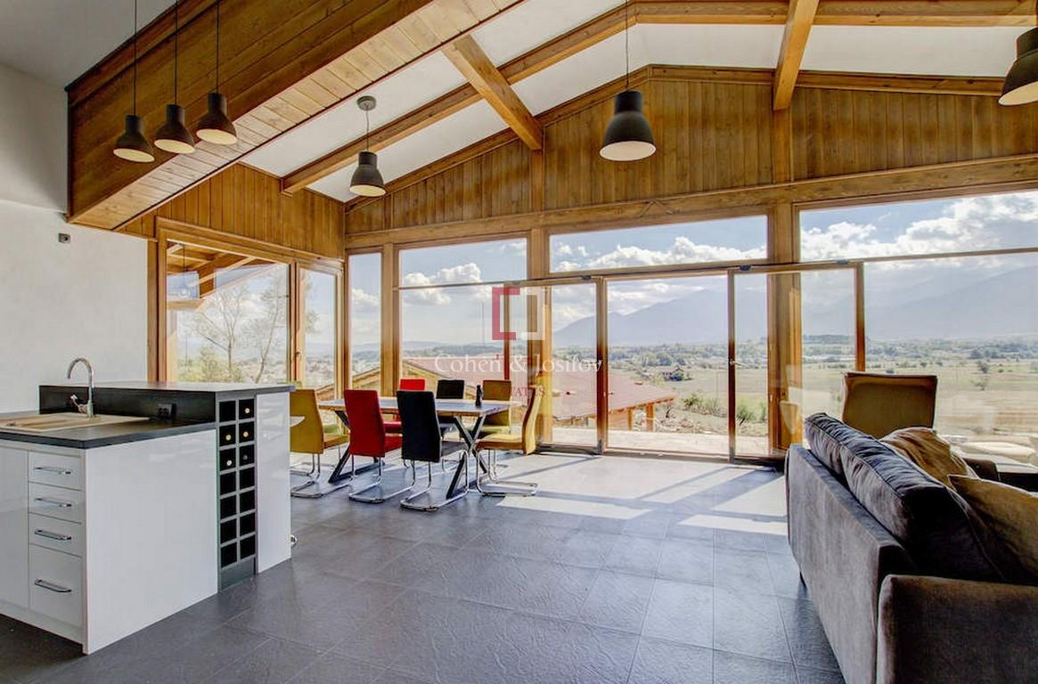 Kомплекс однофамильных уютных коттеджей расположенных в подножии горы