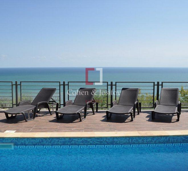 26_Pool and sea view